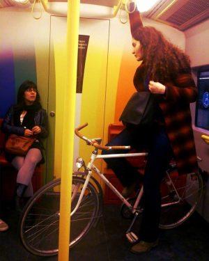 Viyana metrosundayım, altımda toplama bisikletim var. Öyle havalı ki, durdurup soranlar oluyor bu ...