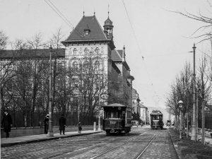 (1920/Archiv Dr. Peter Standenat/Wikipedia) Ein Gustostück für Straßenbahnfreunde aus dem Jahr 1920. Hier die Kuppelendstelle der im...