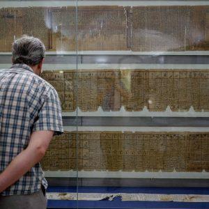 Werner närstuderar papyrus. Papyrusmuseum der Österreichischen Nationalbibliothek
