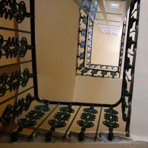 ウィーン2区のヨハン・シュトラウス住居…の階段ホール。 数年前までなかったエレベーターが設置されていました。ミュージアムになっている部屋以外は今でも普通のアパート。 #wien #johannstrauss #museum #wienmuseum #1020wien #treppe #stiege #wendeltreppe #altbau #wienliebe #wienstagram ...