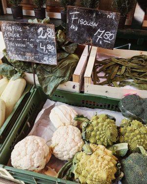 Нашмаркт - самый большой рынок Вены. По одной стороне расположены ларьки с сухофруктами, ...