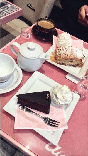 Nie samym pozowaniem człowiek żyje 😂😅 #słodkości#ciasto#pycha#vienna#cake#sweet#sachertorte#strudell AIDA Cafe-Konditorei