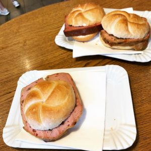#22 #leberkaspepi #leberkäse #mushroom #chilli #chillikäse #vienna #food #foodporn #austrianfood #delicious #amytamas Leberkas Pepi