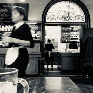 YOU'VE GOT THE LOOK 🖤 Arbeitskleidung im vielleicht sympathischsten Kaffeehaus von Wien #uniform #wien #kaffeehaus #cafe #wienerkaffeehaus...
