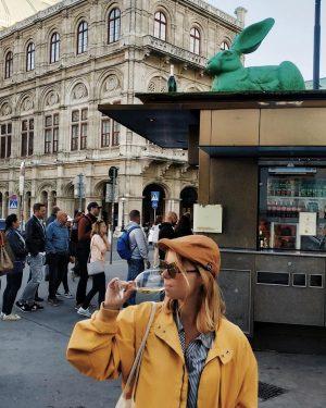 А це я, щаслива і трохи втомлена від подорожей, запиваю сосиски вином у Відні Bitzinger Wurstelstand