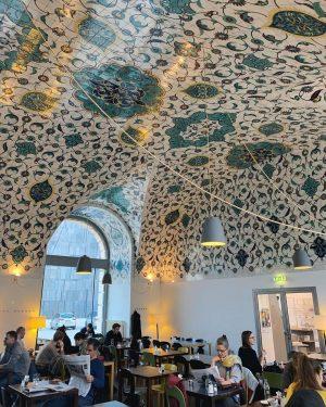 Le plafond est aussi beau que les plats étaient bons (surtout le carrot cake 🥕) . #aliceafaimVienne...