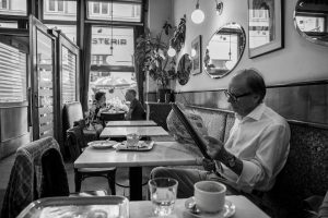 #oostenrijk #austria #wenen #vienna #koffiehuis #cafebräunerhof #viennesecoffee #krant #newspaper #dailylife #citytrip #travelphotography #blackandwhite ...