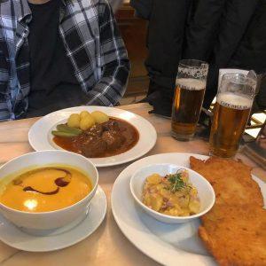 나의 첫 #굴라쉬 #슈니첼 인터넷으로 찾아보고 가는 맛집보다 순간의 발걸음이 인도하는 곳으로 가면 그 이상의 맛집. #푸름인🇦🇹...