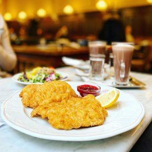 Wiener schnitzel 炸豬排佐莓果醬 為什麼歐洲咖啡廳這麼美麗還賣炸豬排 #Lily一直吃 #2eat2gether #Wienerschnitzel #austria #austriafood #vienna #porkwithjam #hotchocolate #eurotrip2020 ...