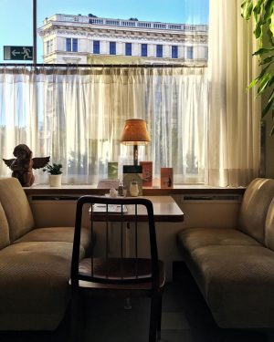 Grazie per aver indicato l'uscita, ma non ci penso proprio. ___________ #wien #vienna #visitaustria #cafe #breakfast #morning...