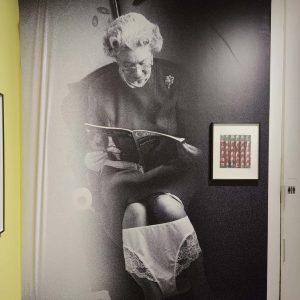 Toilettengang #alisonjackson #photography #faketruth #westlicht #queenElizabeth #toilet #art #exhibition #vienna #theroyalfamily #corgi WestLicht. Schauplatz für Fotografie