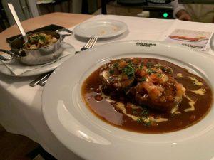 오스트리아음식점 , 슈니첼이 유명한곳이라는데 헝가리에서 3일 내내 먹었기때무네.. 집갈때쯤 한번 먹어보려~ 직원들도 친절하고 ...