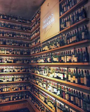Место, где зародилась дружба #wefoundeachother#вкатькахсила#катерина#onceuponatime#februaryevening#somehow#vienna#wien#meinlbar#отдыхатьнеработать#надожетакомуслучиться#верювсудьбу#верювлбовь#держисьмалыш#bottles#amgraben Julius Meinl am Graben