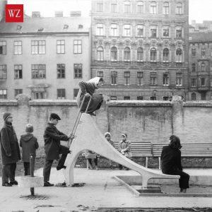 Anfang der 1950er-Jahre fand auf Wiens Spielplätzen eine Revolution statt. Bildhauer wie Josef Schagerl pflanzten hochmoderne #Spielplastiken,...