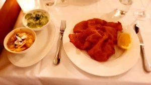 #austria #vienna #dinner #dinnerfortwo #dinnerout #restaurant #bergerundlohn #wienerschnitzel #kalb #veal #kartoffelsalat #gurkensalat #delicious #tradition Berger und lohn