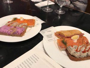 . ⛳️Zum Schwarzen Kameel . 現地集合の友人と落ち合いランチタイム。 ウィーンではオープンサンドも有名のようで美味しく頂きました♡ 食堂形式で、あれ👆これ👆と指差しで注文できます。 お店の中はテーブルは少なく、殆どが立ち飲み状態でした!大混雑でしたが、サクッと食べれて時間短縮には良いかも♡ 美味しかったです!! . #ウィーン #vienna #ウィーン旅行 #オーストラリア #海外旅行 #ヨーロッパ旅行...