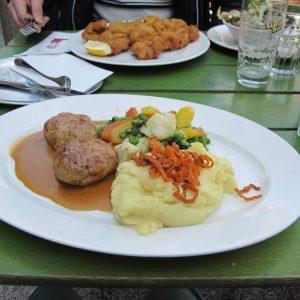 #glacisbeisl #vienna #wienerlunch #wiener #meatballs #vegetables #gravy #gravysource #delicious #beer #wienerschnitzel #tourist #turistagoloso #couplearoundtheworld #someyearsago #austria #osterreich...