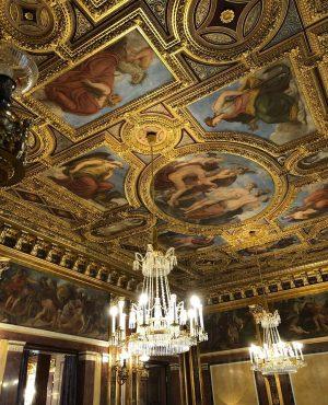 ここはドゥカーレ宮殿ですか? いいえ、ウィーンのゲルストナーですよ。 @sugi_maruko さんに教えて頂きました♪ 階段も良いけど素敵なリフト(エレベーターですいすいっと😊 最後の一枚は私がいた2階からの眺め。オペラ座が真正面です。 Gerstner K & K Hofzuckerbäcker