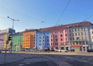 Sempre a Vienna, vicino le famose case colorate ci sono queste, carine no? • • • •...