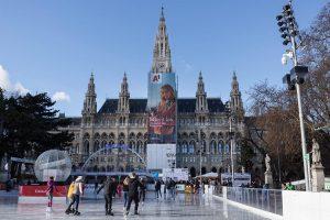 Ice skating wonderland at the Vienna City Hall. ⛸❄️⛄️☕️🚶♂️🙌 #wienereistraum #iceskating #wienerrathaus #viennacityhall #viennasightseeing #streetphotography #Vienna #Austria...