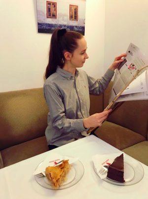 #Cozy im Wiener #Cafehaus mit Zeitung und zwei Kuchen. #coffeandtea #kaffeehaus #vienna #Österreich #sachertorte #apfelstrudel #zeitunglesen Café...
