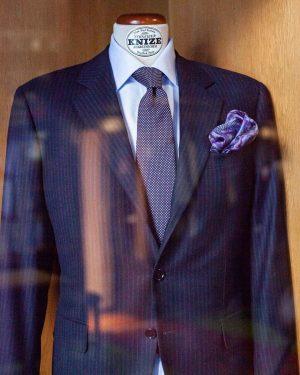 Aus der Knize Prêt-à-Porter Kollektion: einreihiger blauer Kreidestreif-Businessanzug, dazu passendes Hemd, Krawatte und Einstecktuch aus unserer Meisterwerkstatt....
