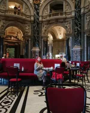 Looking up 🖤❤️🖤❤️, the café from a different angle!! No pictures do it justice 😍😍😍 #kunsthistorischesmuseum #viennadaily...
