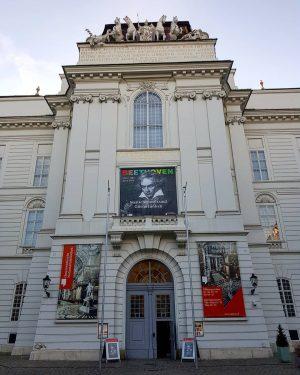 Im Prunksaal der Nationalbibliothek gibt es eine Beethoven-Ausstellung anlässlich seines 250. Geburtstages, der im Dezember gefeiert wird....