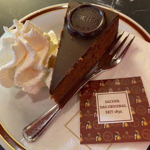 bunlar porsiyonları iyiden iyiye ufaltmışlar, üstelik etrafta çekik gözlüler de çok, ama ne önemi var.. Café Sacher