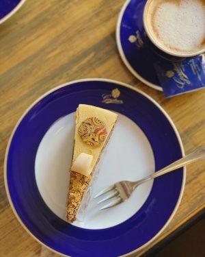 Klimttorte is gorgeous with gold flakes. . 王室御用達 ゲルストナー ✨クリムトトルテ 金箔がゴージャス ✨ゲルストナートルテ チョコの質が高い ✨リンツァートルテ ベリーが甘酸っぱく、お好みで付けられるカスタードと共に食べたらちょうど良さそう。 . ....