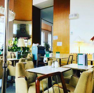 Ein Original und um diese Uhrzeit sehr wertvoll#enjoycoffee#vienna_city# Café Prückel