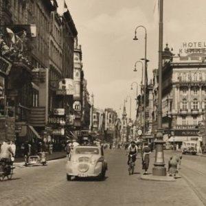 Wir fahren links! Die Mariahilfer Straße um 1935. Am Fahrbereich für Autos und Fahrräder kann man gut...
