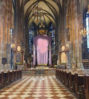 VIENNA/ Stephansdom __________________ #goodeveningvienna #viennanow #stephansdom #dom #kathedrale #church #fastentuch #kunstinwien #erwinwurm #contemporaryart #artinvienna #fastenzeit @stephansdom_wien #vienna_city...