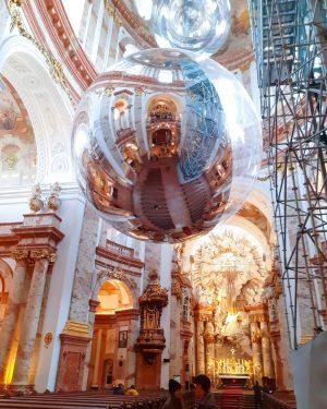 De uma cidade linda com instalações de arte em igrejas maravilhosas Karlskirche, Wein