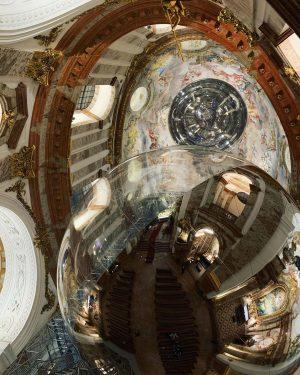 Sitiando las burbujas dentro de la iglesia. Esos maravillosos dibujos humanos que hicimos... Karlskirche, Wein