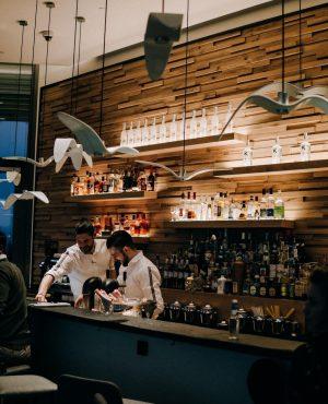 Zum perfekten Abendprogramm gehört ein Cocktail so wie die Olive in einen Martini! 🍸Entdeckt die coolsten Cocktailbars...