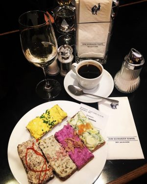 Перекус в любимом , теперь уже, кафе «У чёрного верблюда»... которое своими корнями уходит в 1618 год...