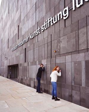 Hörmoment in Wien: Klopft mal auf die Fassade des mumok, da könnt ihr Musik selber machen –...