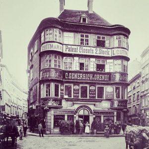 Schrift, wohin man sieht: In Wien um 1900 waren Werbung und Geschäftsschilder omnipräsent und überdimensional. In dem...