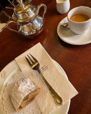 Monday Afternoon Cure | Montag Nachmittag in Wien: Mini-Apfelstrudel und ein Kleiner Brauner. . . #demel #wien...