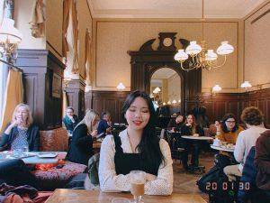 #jungseurope #jungsvienna 셀린과 제시가 앉은 벽쪽 테이블은 예약석이라 못 앉았지만 여기도 뭐 나름 ...