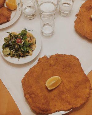 Wiener schnitzel is the new pizza 🇦🇹 • • • • #lunch #schnitzel #vienna #food #cibo #deliciuos...