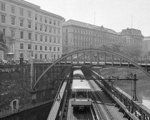 (1978/Wienerlinien) Meilenstein: 1972 wurde der erste Silberpfeil ausgeliefert. Entworfen wurden die Silberpfeile vom ...