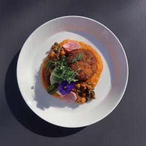 /// Der heutige Businesslunch: Vegane Hirselaibchen auf Süßkartoffelpüree und Soja-Mayonnaise /// #heueramkarlsplatz #vegan #lunch HEUER am Karlsplatz