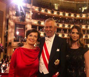 Liebe Grüße von uns 🤗 #opernball #alexandervanderbellen #bundespräsident #alleswalzer #champagner #oe24 #interviews #loge #dancing #tvhost #reporter #life...