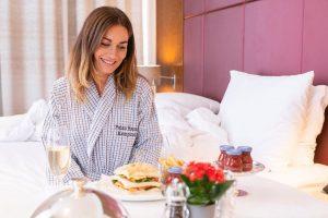 Plan for tonight: Staying in having room service! 😁 (c) @curticebrothers #palaishansenkempinski #kempinski #kempinskivienna . . ....