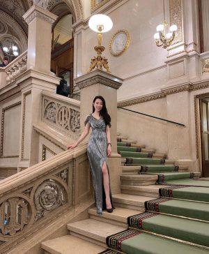 昨天一抵達維也納就去聽歌劇! 維也納國家歌劇院Wiener Staatsoper不僅是世界四大歌劇院之一,更是世界公認第一流的歌劇院,也是音樂之都的象徵,,屬於新文藝復興風格建築。 階梯裝飾著華麗燈飾與雕像,感覺沈浸在電影中有種說不出的浪漫。 我聽的歌劇是《杜蘭朵》 #vienna #travel #opera #wienerstaatsoper #firsttime #turandot #classic Wiener Staatsoper