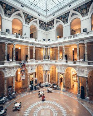 War ihr schon mal im Weltmuseum? 🤔 Neben dem unglaublich schönen Innendesign erwarten ...