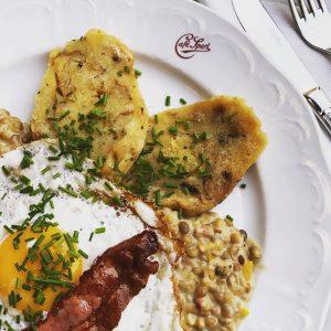 Zeit für einen Klassiker der Wiener Küche 😋 #wienerschmankerln #specklinsen #eatclean #dasgelbevomei Café ...