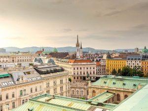 Heute zeigen wir Euch einmal eine andere Perspektive, vom Dach der @wienerstaatsoper zum #Albertinaplatz und dem @albertinamuseum...